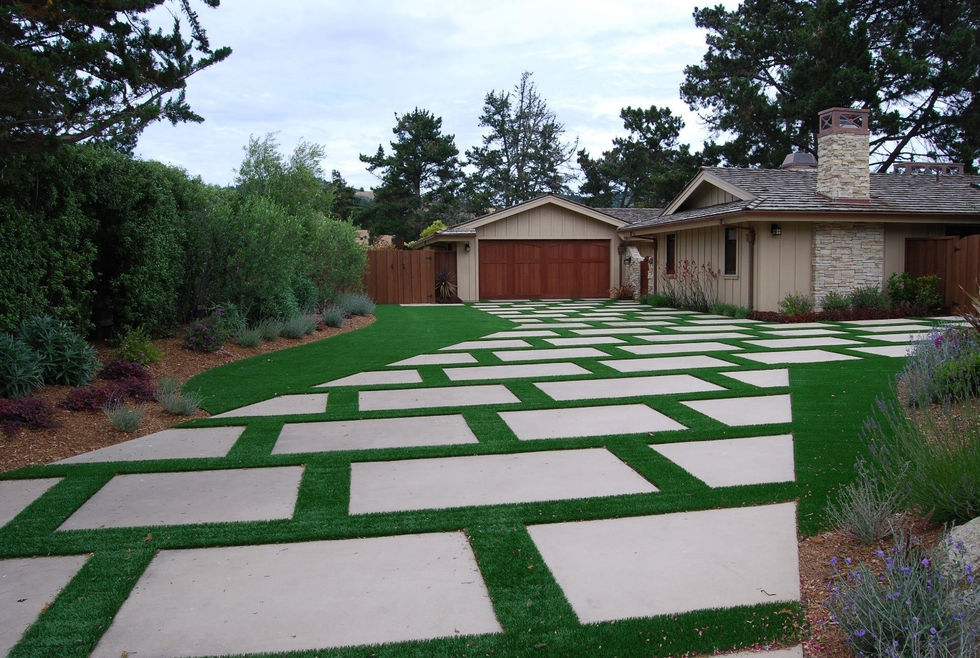 Top Design Ideas for Sculpting With Artificial Grass in Your Backyard