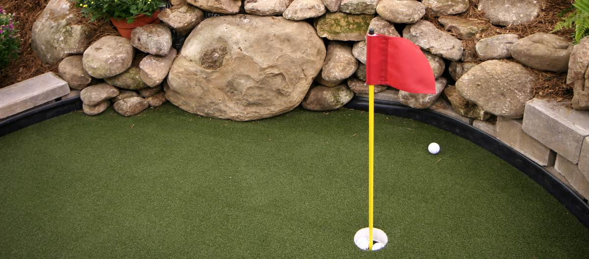 5 incredible ideas for your own backyard putting green
